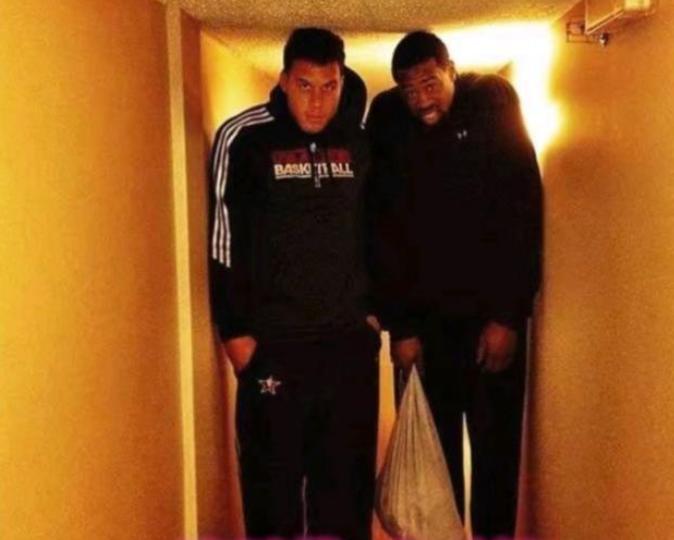 對比普通人,NBA巨人在生活上有什麼煩惱?姚明開會只能坐小板凳!-黑特籃球-NBA新聞影音圖片分享社區