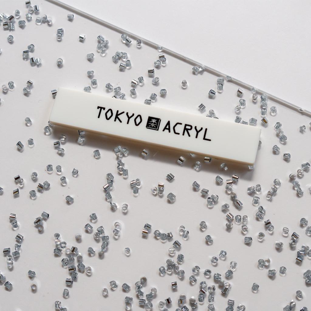 シルバーのパイプビーズをアクリルに封入しました。 反射率が高いのでとてもキラキラします。 雨粒のよう。  #tokyoacryl #東京アクリル #アクリル #アクセサリー材料 #レーザー彫刻 #ころころ https://t.co/xrvpwshtak