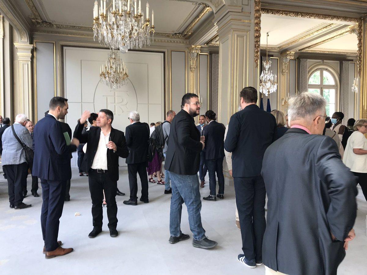 """Nouvelles - DIRECT. Après la """"vague verte"""" aux municipales, Emmanuel Macron reçoit les 150 citoyens de la Convention pour le climat à l'Elysée"""