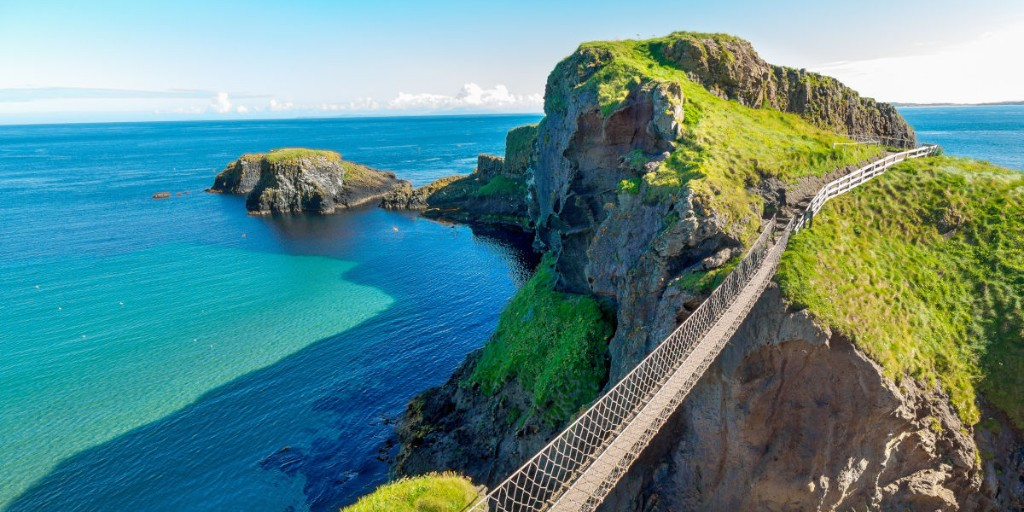 How do you feel about rickety bridges hanging 30 metres above the rocks and sea below? Would you hop, skip and jump over Carrick-a-Rede Rope Bridge or stay firmly on solid ground? 😜  #carrickarede #ballycastle #northernireland #travel https://t.co/Oe3odkbGWV