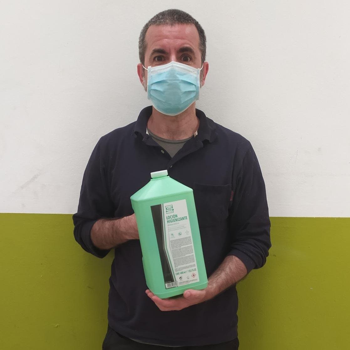 Continuamos nuestra actividad, ¡siempre con las protecciones debidas! 😷🧴 Para ello la Fundación Michelín nos ha donado 4000 mascarillas y 64 litros de gel hidroalcólico que ya están en nuestro centro de Vitoria/Gasteiz.  ¡Miles de gracias! https://t.co/F0xpmC6ckK