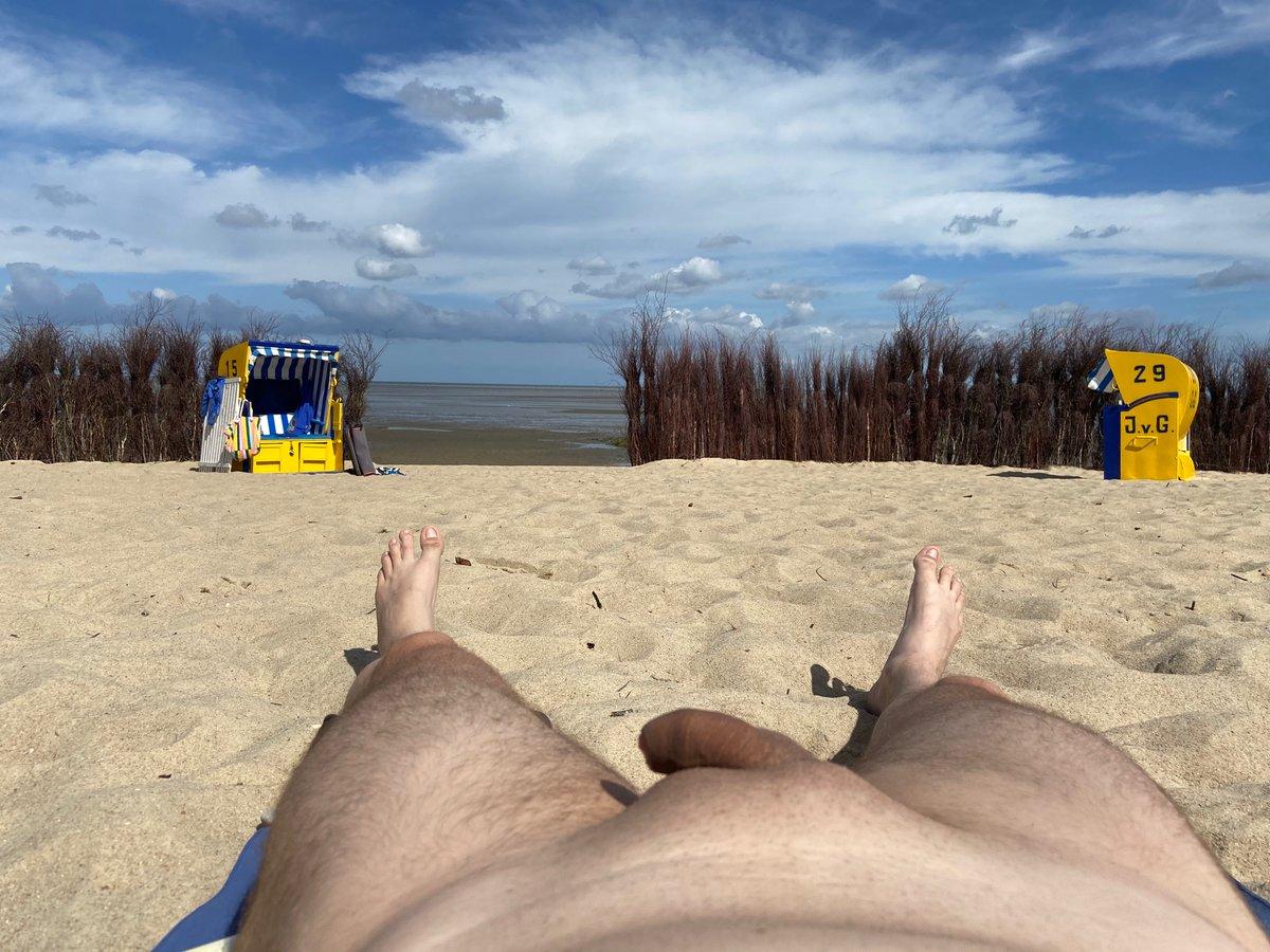 Am fkk strand zogen wir uns nackt aus