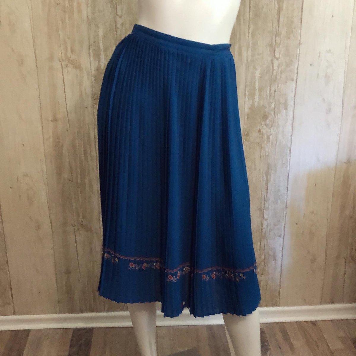 "Dark teal 100% silk pleated skirt. The colour is fantastic!  waist: 25"". Hips: 35"". Length: 28"".  Please message if interested #vintage #vintageclothing #vintageclothingforsale #vintagefashion #vintageskirt #pleatedskirt #silkskirt #prettyskirt #darktealskirtpic.twitter.com/crqe1oZkSy"