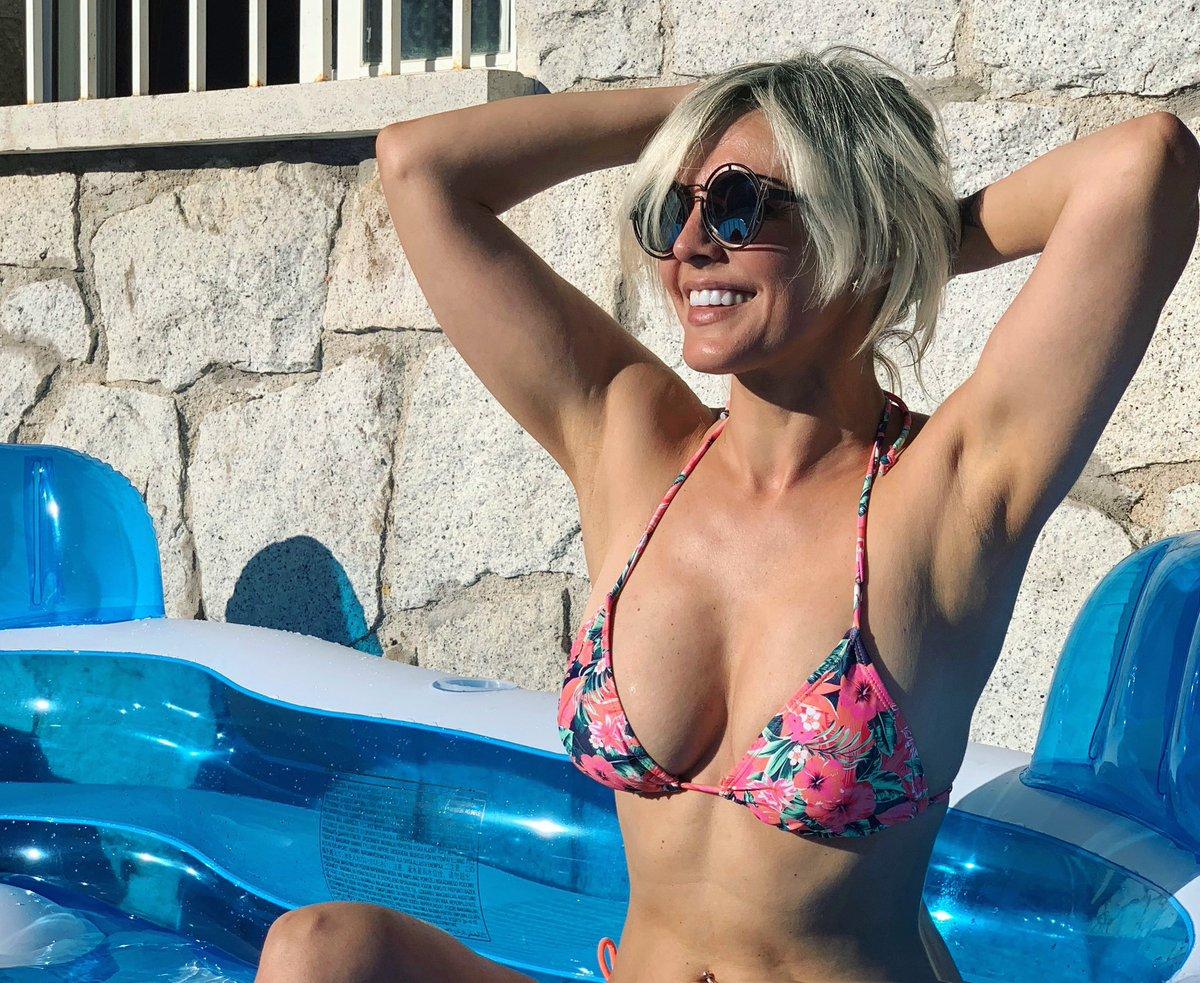 Cómo lleváis el calor? 🥵 yo refrescándome en la piscina de mi nena y echando de menos la #caleta 😍😍😍 Mil besos con el codo!! #Cádiz #Madrid #verano #calor https://t.co/NESsoWWFtP