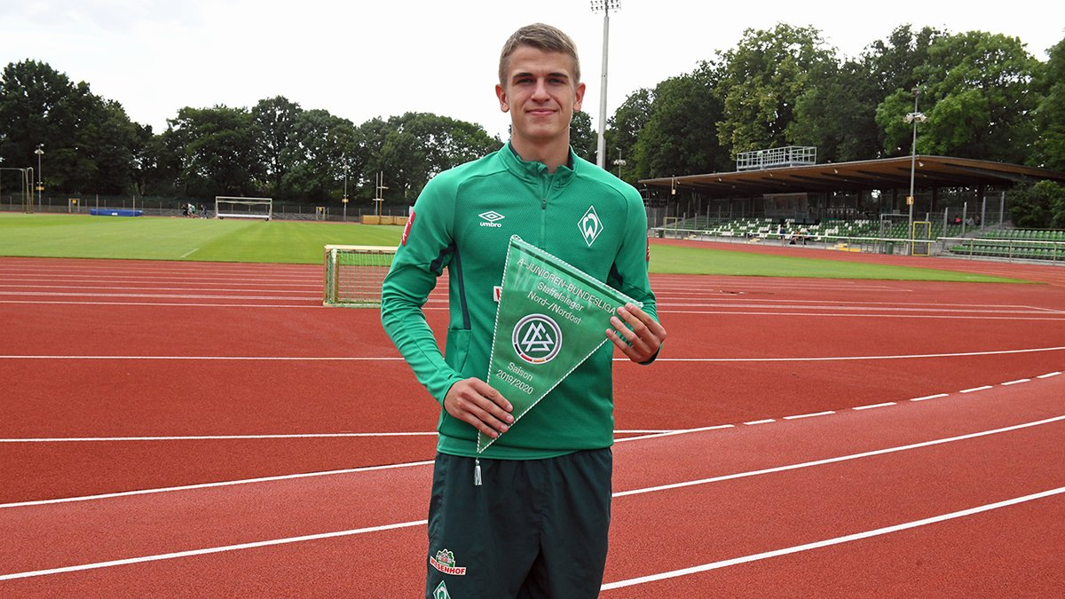 Glückwunsch, @WERDER_LZ! 🎈 Die @werderbremen-#U19 hat die abgebrochene Saison in der Staffel Nord/Nordost der A-Junioren-Bundesliga als Meister beendet 🥇 Maik Nawrocki, einer der beiden Kapitäne, hat den Meister-Wimpel stellvertretend entgegengenommen. #JungeMeister2020 https://t.co/C3SGNKeZ8X