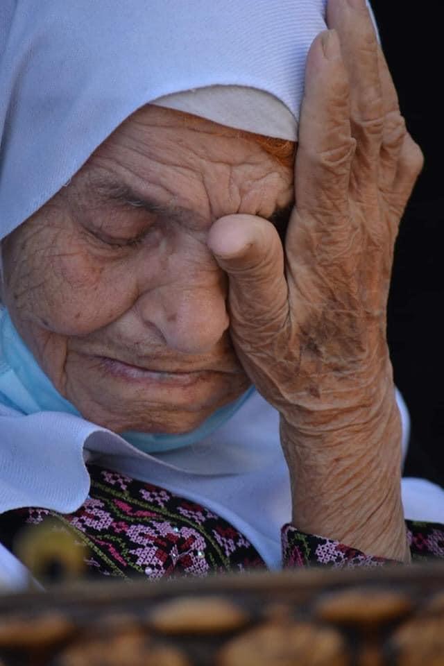"""هذه الحاجة اسمها """"فاطمة"""" وهي فلسطينية من مدينة الخليل، فقدت بصرها من شدة بكائها على غياب ابنها منذ 20 عاماً في سجون الاحتـ ـلال الإسرائيلي.  نسخة للعالم الظالم 😢 https://t.co/GvEkjwbrCN"""
