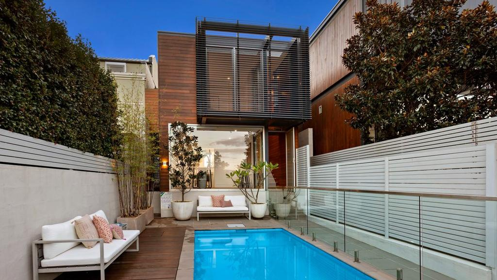 Glitzy home sells $280k above reserve in virtual frenzy. https://t.co/VxlV03LNtd #realestateau #NSW via @RealMattBell https://t.co/CZBTAycPbW