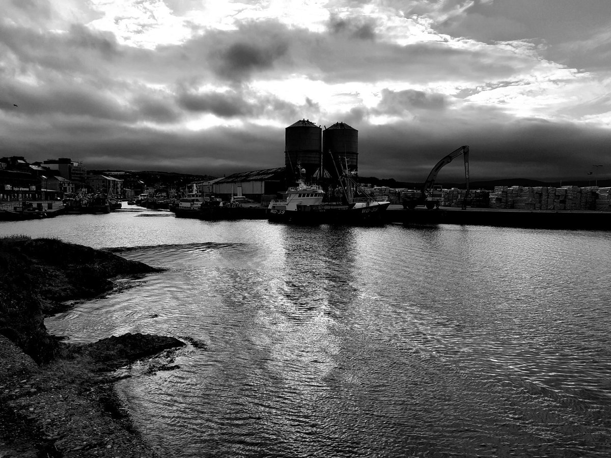 Sun going down, near Wicklow port, wicklow town, Ireland. #blackandwhite #harbour #photographyeveryday pic.twitter.com/edRibvfeqk