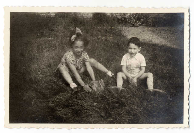 29 June 1937 | Dutch Jewish girl Betty van Aalst was born in Amsterdam.  In February 1944 she was deported to #Auschwitz with her brother Simon (in the picture). They were murdered in a gas chamber after the selection. https://t.co/8aMDSZwlGM
