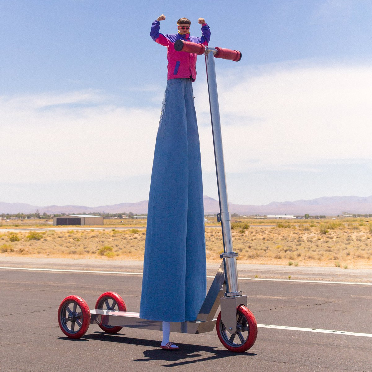 I spent the last few years secretly building the worlds biggest scooter. Here's the deal y'all, if this post hits 500k likes, I'll partner with Guinness World Records & live stream myself attempting to ride this 20ft scooter half a mile. Twitter do your thing https://t.co/OWNmlDCbj9