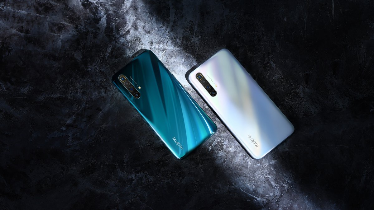 The #realmeX3SuperZoom uses high precision abrasive etching technology for industry-leading anti-glare fingerprint-proof glass. Comes in two colors Arctic White and Glacier Blue. Pre-book till 2nd July and get a free #realmeband. Priced at only Rs. 79,999. #realme #DareToLeappic.twitter.com/G11XtjP3Ze