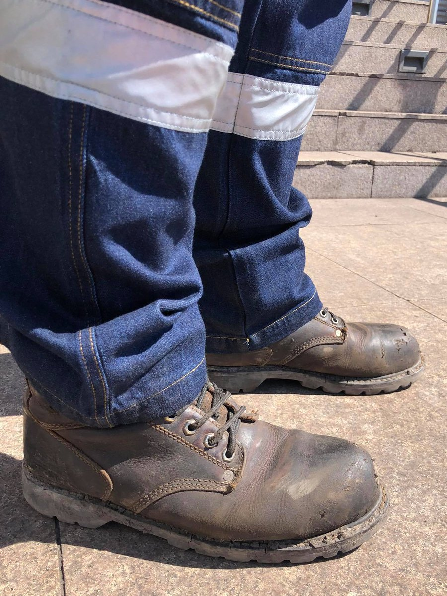 Гутал гэснээс эгэл жирийн уурхайчдын маань гутал ийм л байдаг 🙂  Ажил хийхэд хөлд эвтэй, хүйтэнд дааруулахгүй, 200 кг хүнд юм унасан ч хөл гэмтээхээргүй байхад болдог доо... https://t.co/LHVR8TXAoZ