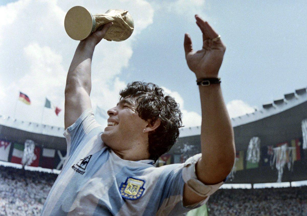 Hoy hace 34 años, Argentina se consagraba campeón del mundo por segunda vez en toda su historia. Vencieron a Alemania en la final celebrada en el mítico Estadio Azteca. Fue la Copa del Diego. Maradona fue el MVP total. Firmó 5 goles y 5 asistencias en 7 partidos. GLORIA ETERNA.