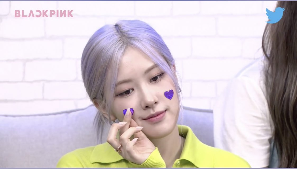 [CAPS] Rosé putting stickers on her face instead   #BLACKPINKonBLUEROOM  #로제  #ROSÉ  @BLACKPINK @ygofficialblink <br>http://pic.twitter.com/NmIANTtW6Z