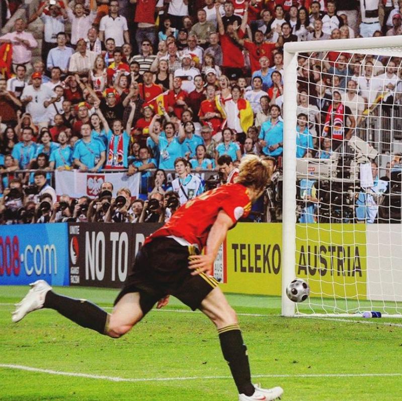 El lanzamiento de Xavi, la carrera para ganarle a Lahm y la definición de vaselina ante Lehmann. Los fantasmas quedaban en el olvido. España se proclamaba campeón de la Euro 2008. Hoy hace 12 años de este momento. Hoy hace 12 años, El Niño convertía EL GOL QUE LO CAMBIÓ TODO.