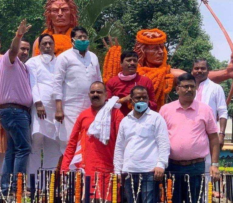 अंग्रेजों के खिलाफ उलगुलान के आगाज की शुरुआत व संघर्ष के प्रतीक सिद्धो-कान्हू को श्रद्धांजलि दी गई एवं सिद्धो-कान्हू की प्रतिमा पर माल्यार्पण कर व दीप जलाकर चाँद-भैरो, फूलो-झांनों को प्रदेश अध्यक्ष डॉ रामेश्वर उरांव एवं वरिष्ट कांग्रेसजनों ने श्रद्धांजलि दी। @INCIndia @SinghRPN