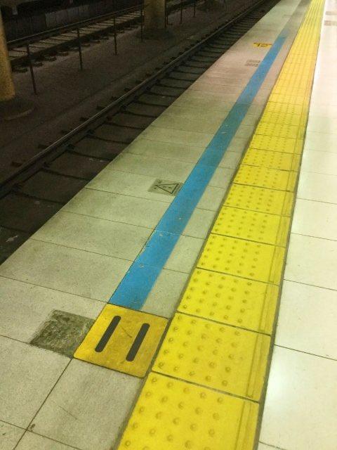 完全に一致⁉駅内に敷かれているこの線どう見てもニャッキなんだが‼