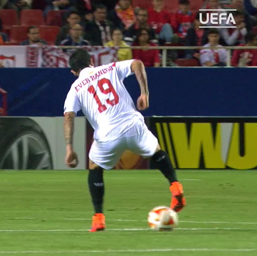 Éver Banega = 🤩🤩🤩  #UEL   @SevillaFC https://t.co/txJsz1pWyL