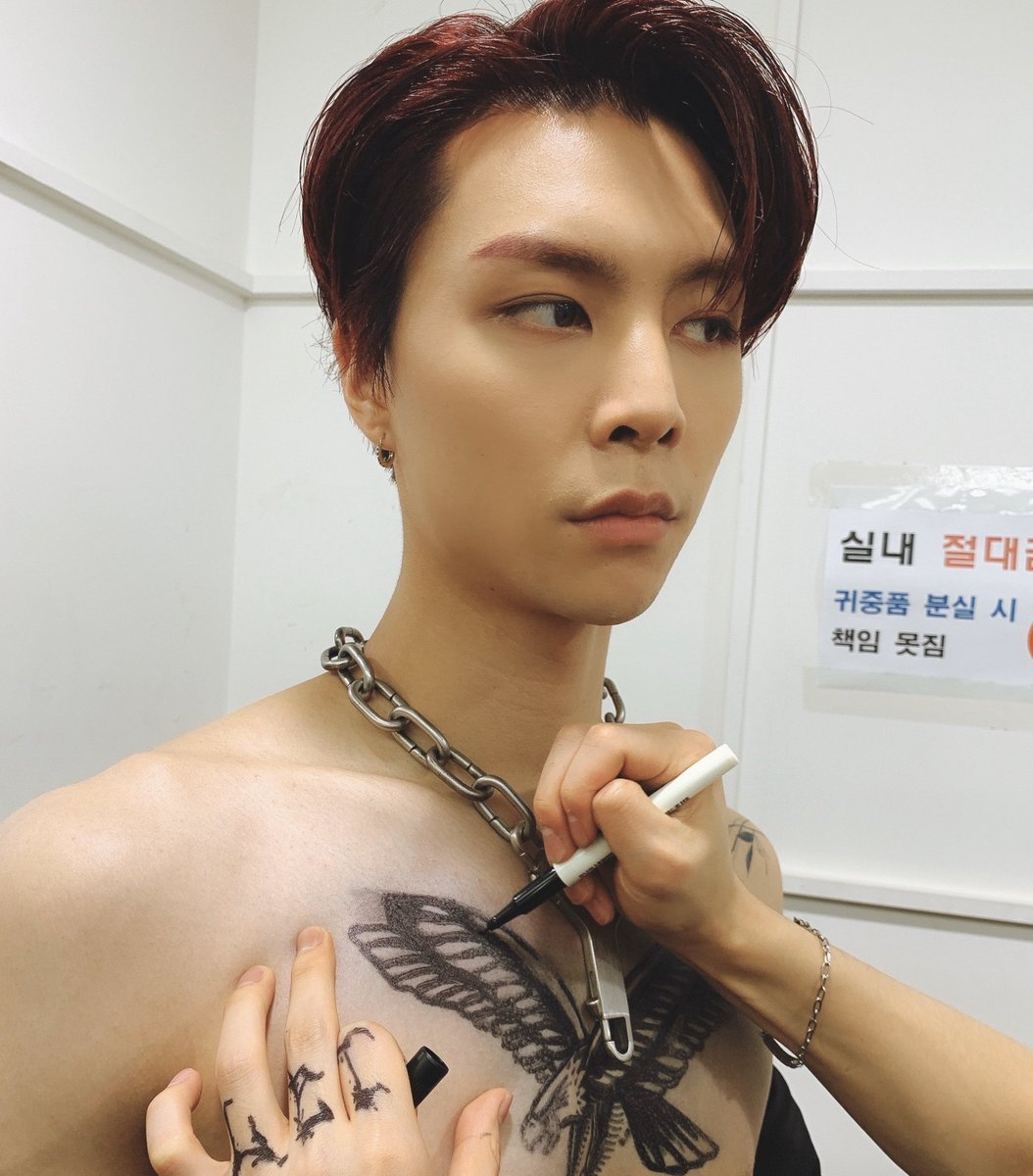 yuta helped johnny to retouch tattoo on his chest & drew butterfly for jungwoo's ear 😭😭 we live for artist yuta agenda 💚😭 https://t.co/i1l61IVuds