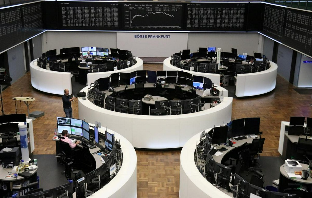 European shares edge lower at the end of strong quarter https://t.co/exV4Cy5N4F https://t.co/cQrmAy2uV5