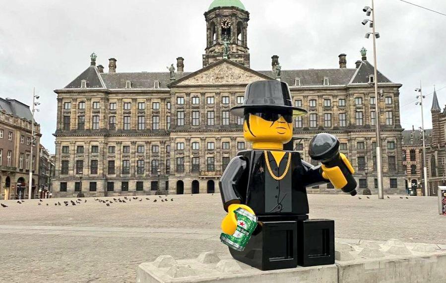 Nu is die goed! 👌 #Amsterdam #AndreHazes #deDam #Standbeeld #Lego #Streetart https://t.co/GRQhmlh9E4