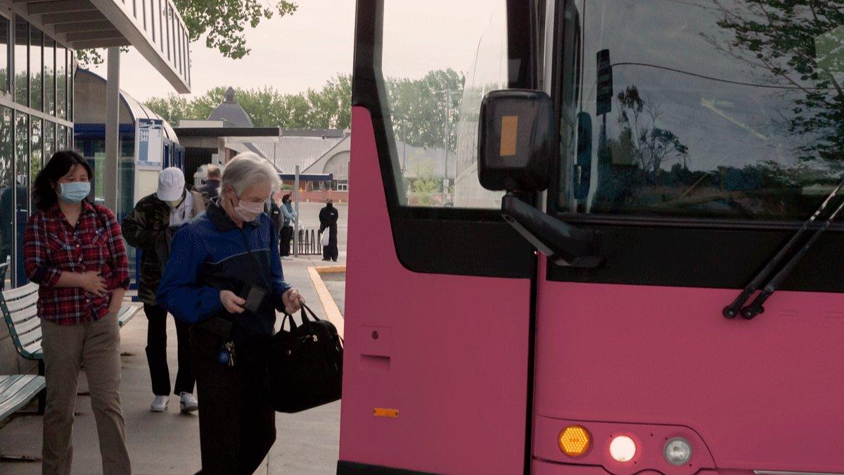 [Pour la sécurité de tous]🚍🎟️ Dès le 1er juillet, la validation des titres et le paiement en argent comptant à l'avant des véhicules seront de retour pour le transport adapté et reprendront progressivement pour le service d'autobus. Plus d'infos: 👉 https://t.co/RZFS5xY2mI https://t.co/FHWDAvd9dJ