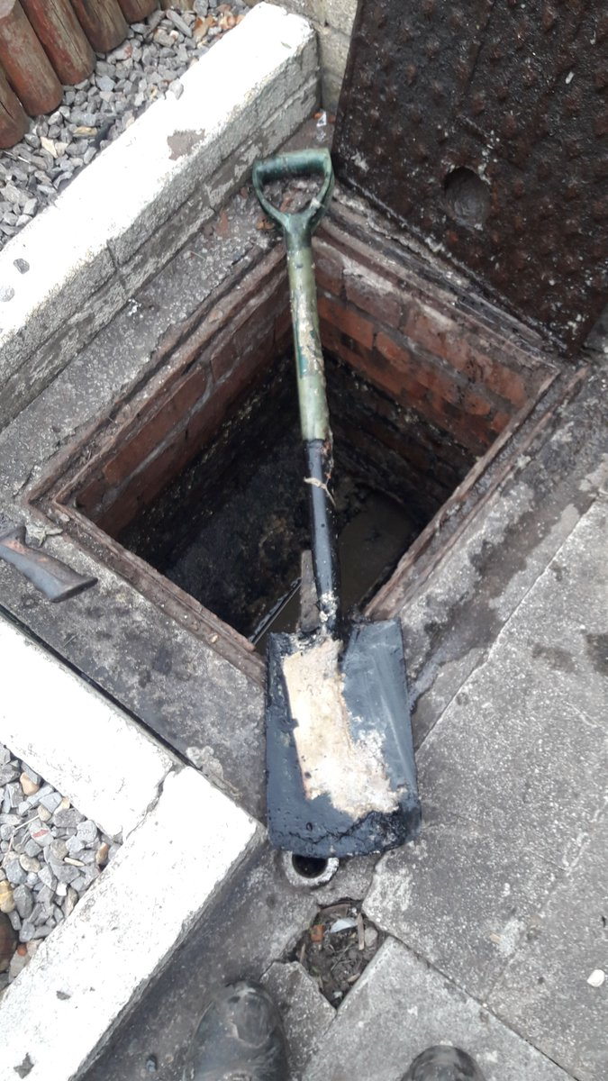 You wouldn't believe the things our waste team find in our sewers. They recently came across a spade in Cardiff and we're wondering how that ever got in there.   Sewer misuse can cause flooding and pollution in homes and the local environment.  Put your rubbish in the bin 🗑️ https://t.co/cDropsR7Ql