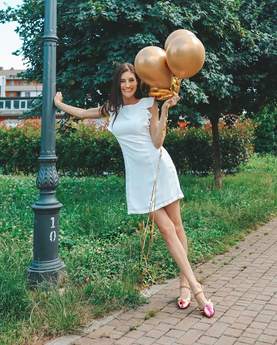 The Italian showgirl Martina Panagia #martinapanagia #italiangirl #cutegirl #girlsmile #naturalbeauty #whitedress #beautifulshoes #golden #palloncini #balloonspic.twitter.com/arRQ4SFeKd