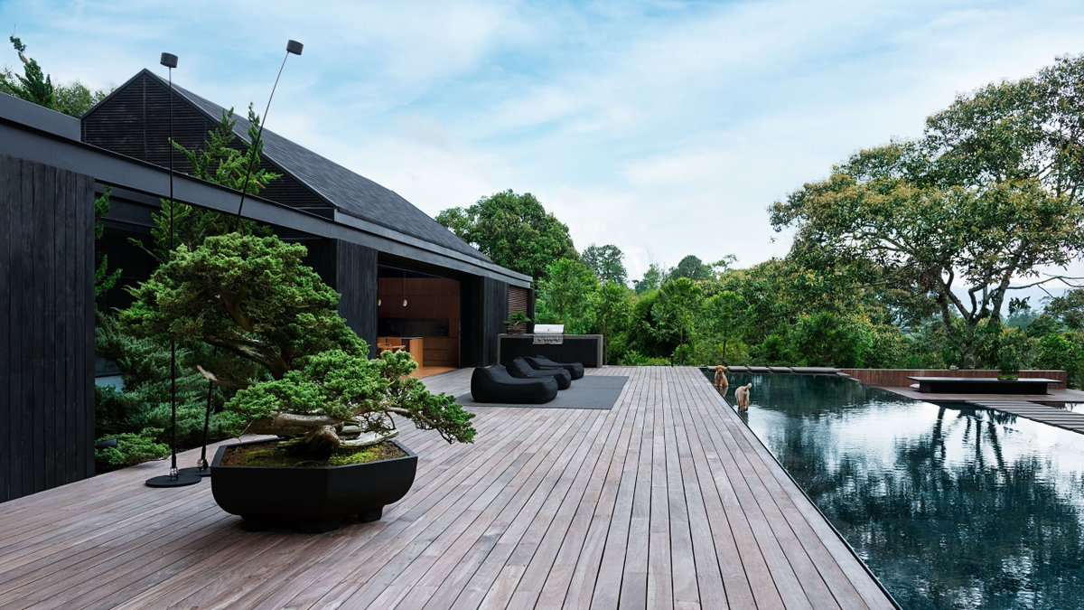 Well I'll be damned. Blown away by the striking simplicity of J Balvin's house in Llanogrande, Colombia, designed in collaboration with Medellín based firm 5 Sólidos. A stark departure from his music and fashion style.   Anita Calero #interiordesign pic.twitter.com/Itn2NxkjZZ
