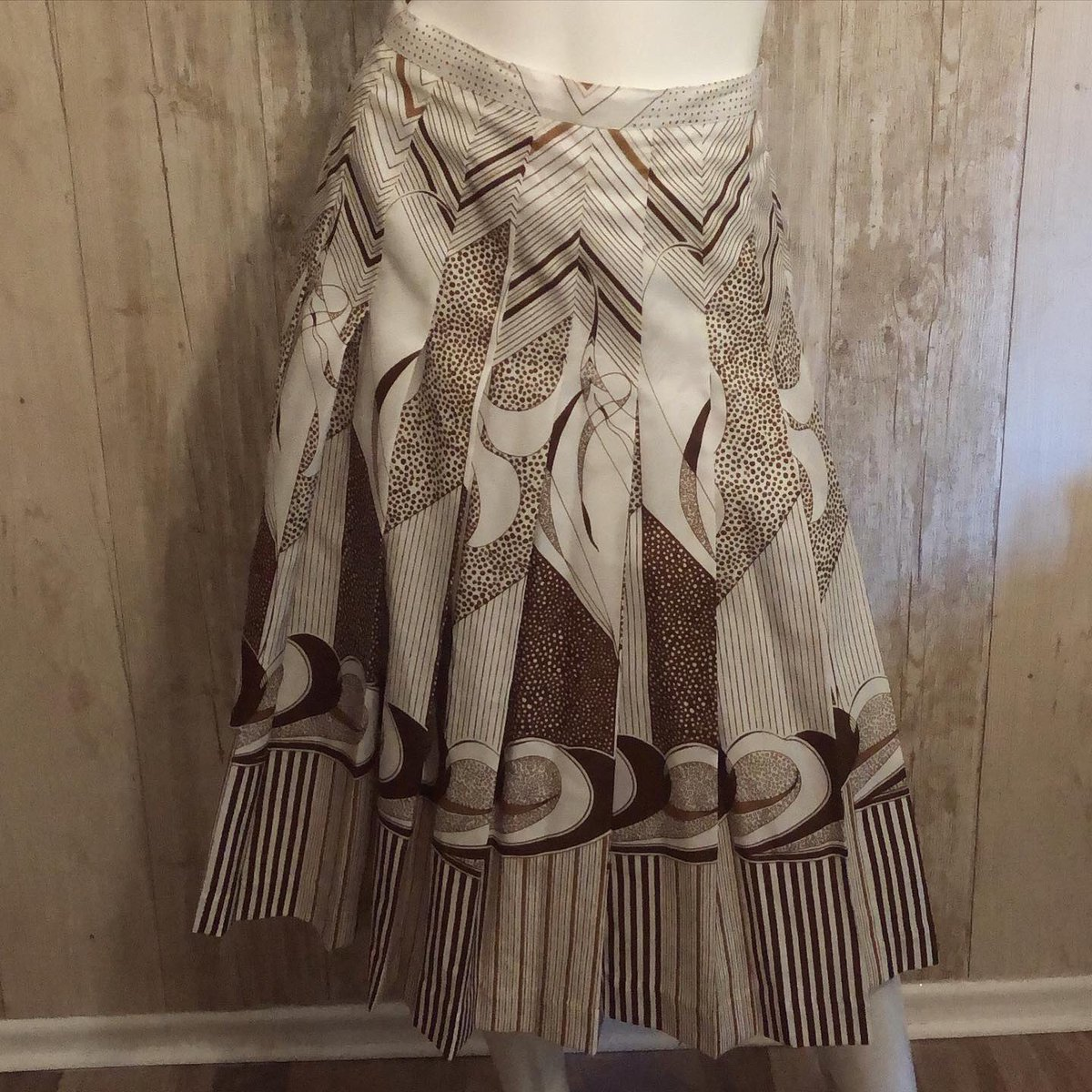"""Chocolate brown/white with Art Deco print and pleats. So pretty!  waist: 31.5"""". Length:28"""".  Please message if interested #vintage #vintagefashion #vintageclothing #vintageclothingforsale #vintageskirt #pleatedskirt #artdecostyle #summerskirtpic.twitter.com/Kii1zGtxB0"""