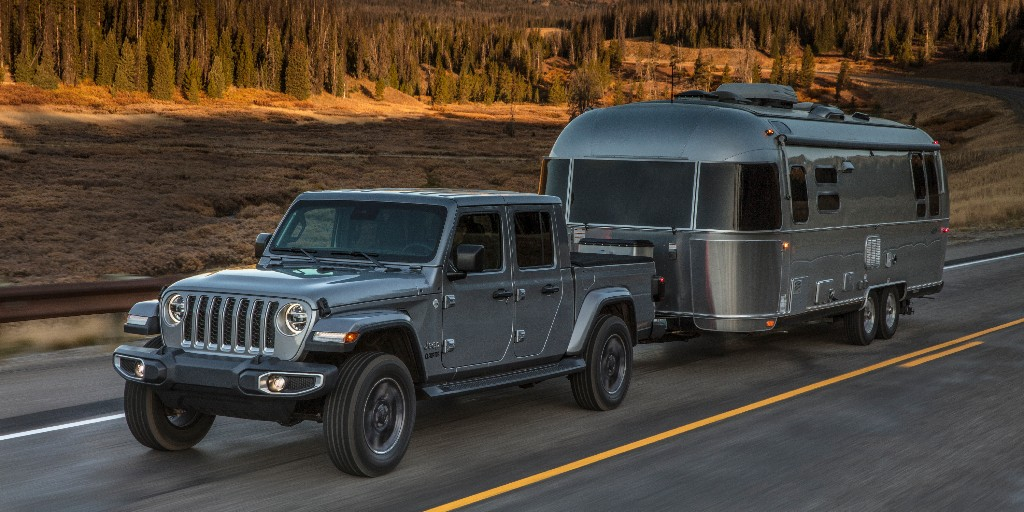 Tailored for trailering, the ParkView rear backup camera in the 2020 @Jeep® #Gladiator displays dynamic wheel gridlines and features an available 4X trailer hitch zoom so you can line up your truck and trailer, connect and get going. https://t.co/v9HbmKAvIY