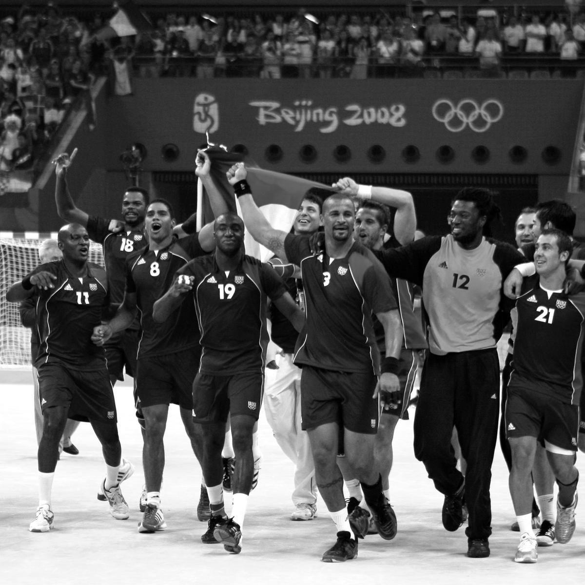"""Le sacre olympique de 2008 vu de l'intérieur 🥇🇫🇷   📻 Episode 7⃣ de notre série de podcasts """"Les grandes histoires du handball""""  ➡ https://t.co/l5t99tjUxu  #BleuetFier https://t.co/LG0zdRgKFp"""