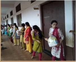 रत्नागिरी जिले के 'निसर्ग' प्रभावितों की स्वयंसेवक कर रहे सहायता  दापोली, मुंबई. जून के पहले सप्ताह में 'निसर्ग' चक्रवात ने कोंकण तटीय क्षेत्र को अपनी चपेट में लिया था. रत्नागिरी जिले का उत्तर भाग और रायगढ़ जिला  चक्रवात से सर्वाधिक प्रभावित हुआ. https://t.co/V5j6HuLXiv https://t.co/yeEtZFjA0x