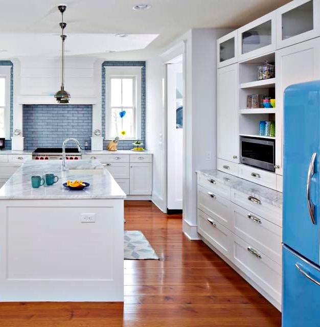 The Tropical Blue fridge really brings out the beautiful blue tiled backsplash in this coastal kitchen!  #kitchenlove #vintage #retro #kitchenideas #kitchendecor #kitchenremodel #kitchenlife #kitchenpic.twitter.com/zwwMIboEYj