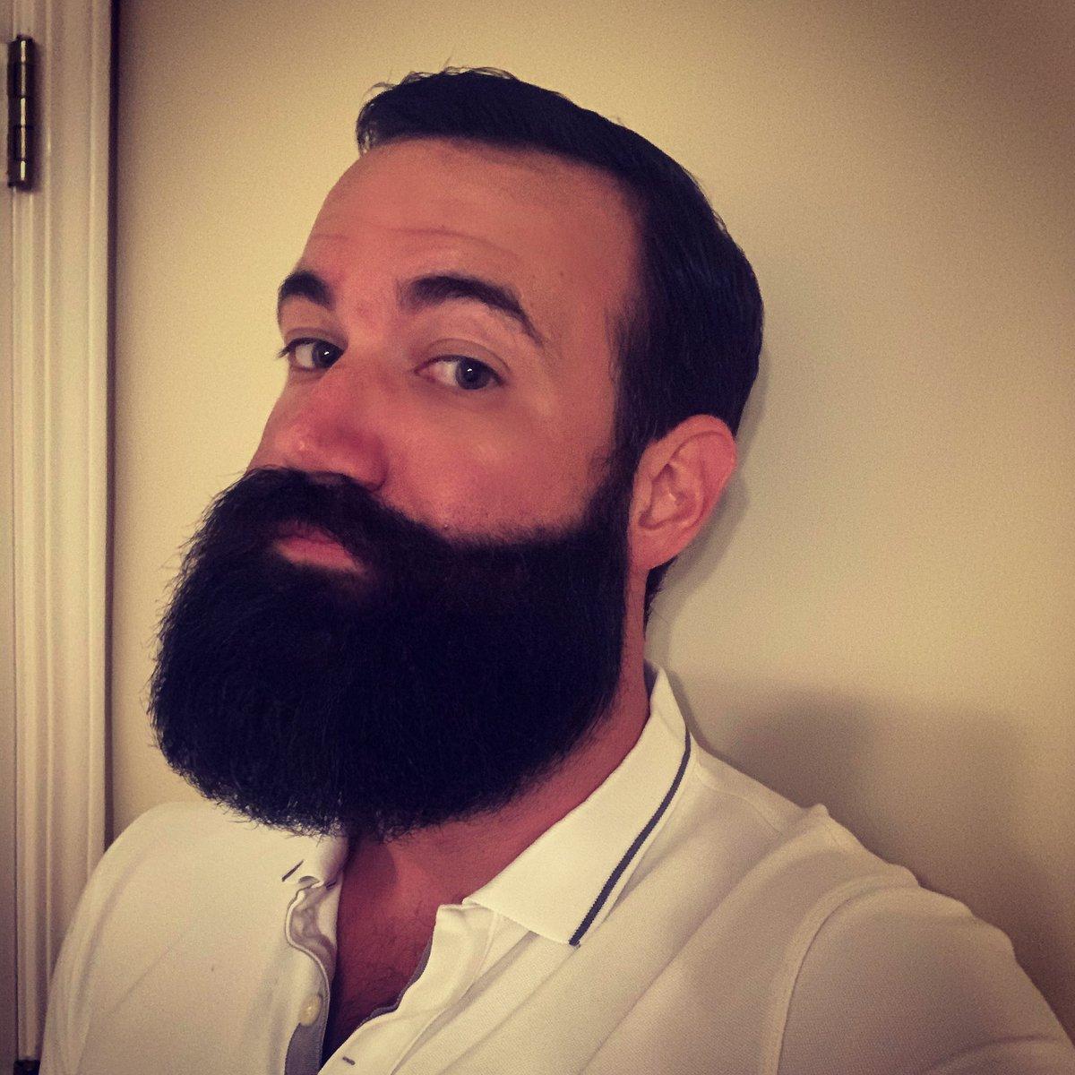 "My ""I don't want to go to work but at least I'm learning how to style my beard"" face #bearded #beardpic.twitter.com/h4M3HEt6Cc"