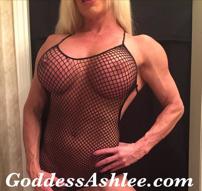 What is your favorite fishnet color?!  #tittytuesday #fishnetfetish #musclefetish https://t.co/gQ3gq