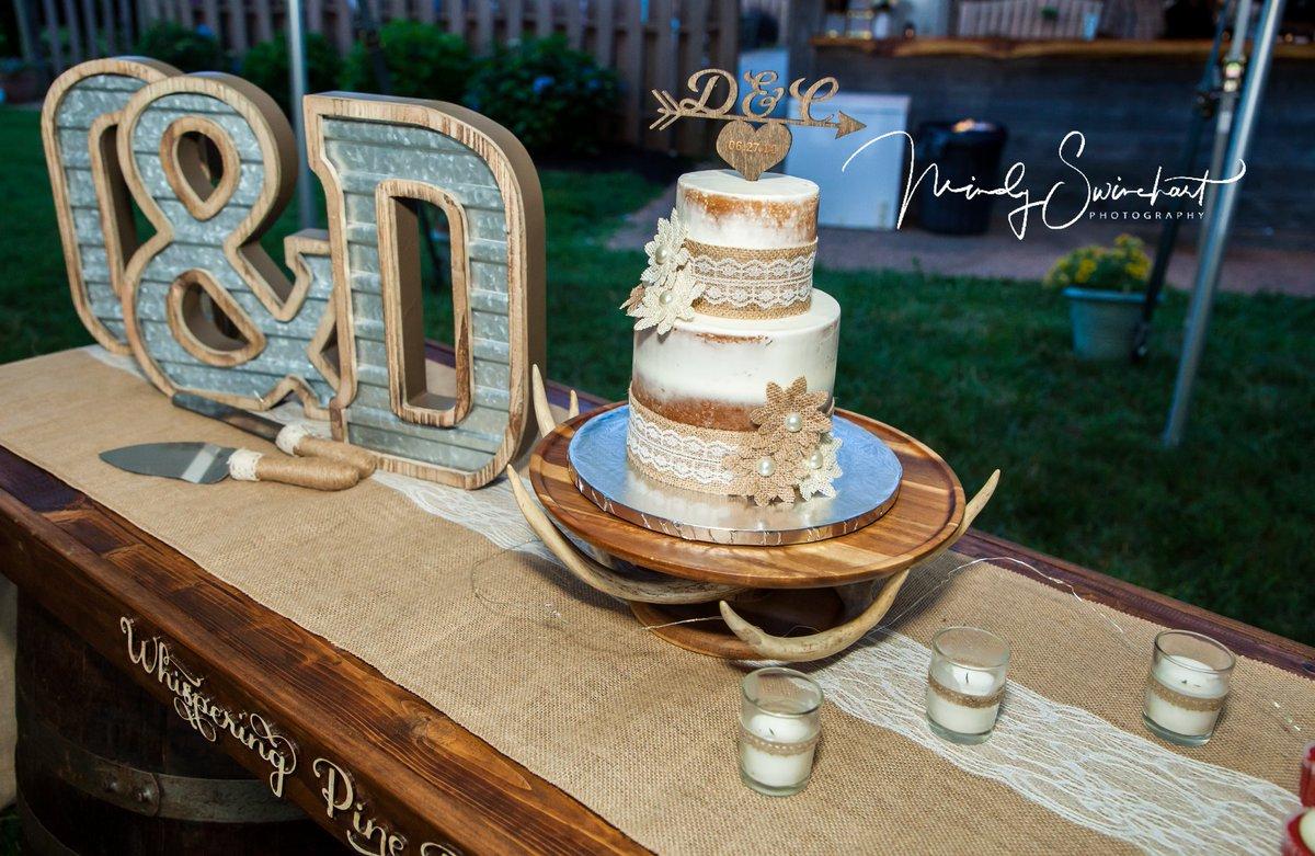 A country wedding cake#mindyswinehartphoto #virginia #louisashomemades #wedding #weddingphotographypic.twitter.com/cr0p0YjibB