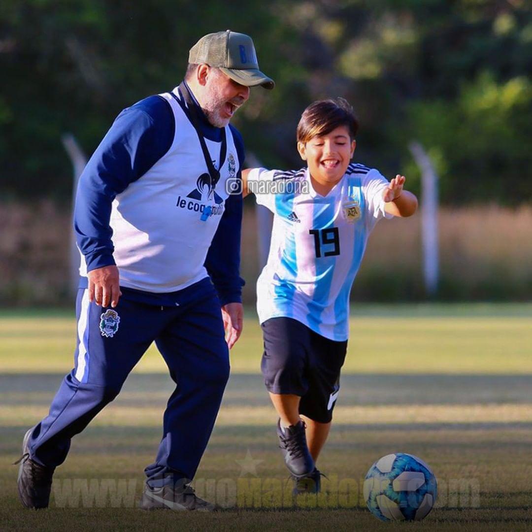 E esse é o Benjamin, jogando bola com seu avô, Diego Maradona, pois seu pai, Sérgio Agüero, e seu padrinho, Lionel Messi, estão no trabalho. https://t.co/dCSdY927Kr