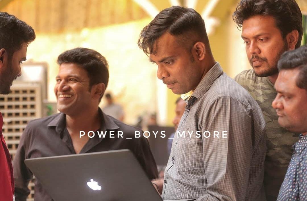 Natasaarvabhowma Shooting Pic❤️ Open The Bottle🍾 @PuneethRajkumar #TheRajKumars#Appu #Natasaarvabhowma#PowerStar #PuneethRajkumar#Chikanna #ChandanGowdaPhotoGraphy #PowerBoysMysore