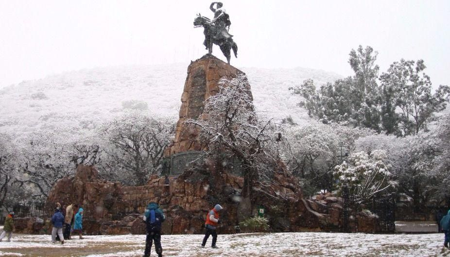 #Nieve // Hoy se cumplen 10 años de una histórica nevada en la ciudad de #Salta, los primeros copos comenzaron a caer en la noche del 15 de Julio del 2010 extendiéndose hasta el 17, las temperaturas mínimas fueros de -3°C y máximas de 1°C, hubo acumulados de hasta 30cm 🌨️❄️😍 https://t.co/uoCut6yJmY