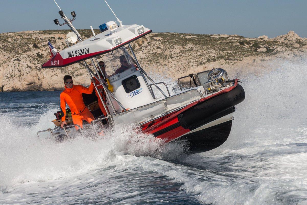 [#LeSaviezVous ❓⚓️ ]  Quand les #MarinsPompiers de Marseille interviennent en mer (en dehors d'un port) avec leurs moyens spécialisés, ils le font sous la coordination opérationnelle du CROSSMED dans le Var.  ⚠️ Rappel : le numéro d'urgence en mer est le 1️⃣9️⃣6️⃣ ou la VHF1️⃣6️⃣. https://t.co/ZPuUQZjlYU