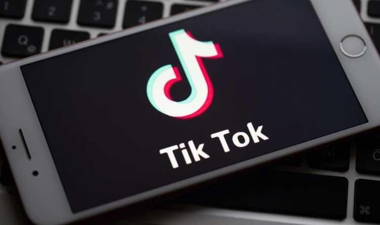 """""""#تيك_توك"""" يقتل طفلاً https://bit.ly/3fI60sIpic.twitter.com/wKUsgnMmUK"""