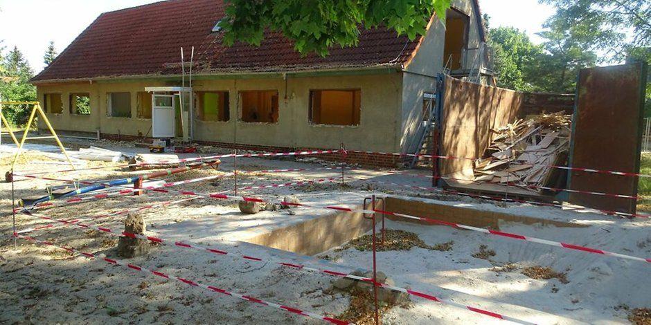 """Zörnigall: Der Abriss der 80 Jahre alten Kindertagesstätte """"Zwergenland"""" hat begonnen. https://t.co/msATIso7oH https://t.co/dDza7aBtjn"""