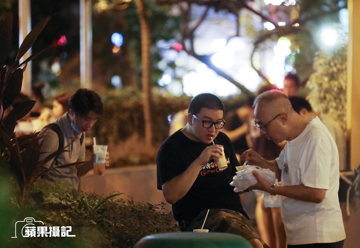 People in #HongKong eat their dinners on the streets and in parks after the govt banned dining in at restaurants after 6pm.  Photo: Apple Daily https://t.co/HRbc5eDMbX