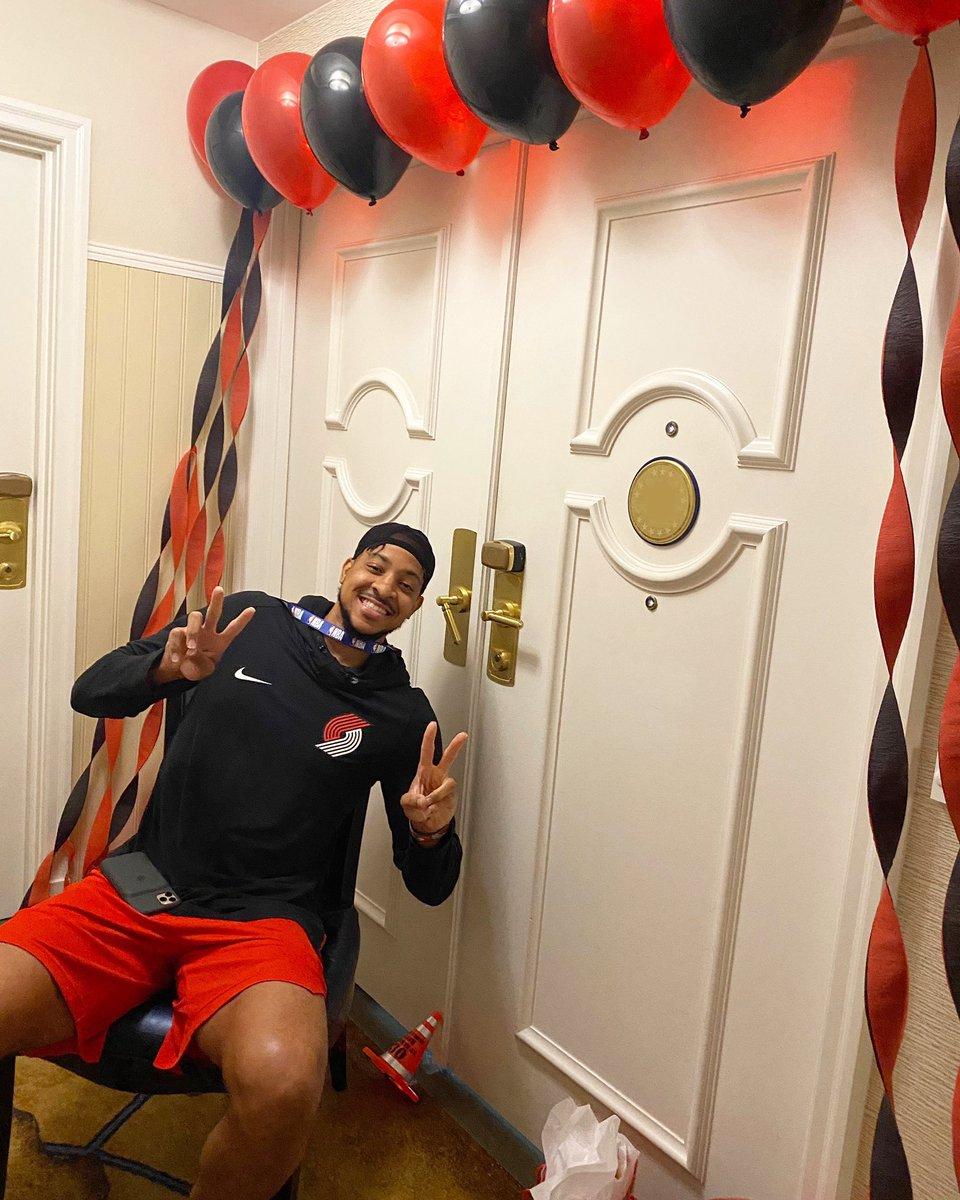 🎈 @CJMcCollum decorated his backcourt partner @Dame_Lillard's door for his 30th birthday! https://t.co/AuvSgNhQzj