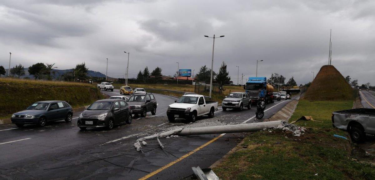 #AMTInforma Accidente de tránsito sobre la Ruta viva y Simón Bolívar, cerrado un carril sentido Aereopuerto- Quito. Personal operativo gestiona la movilidad.  ¡Tome precauciones si circula por el lugar, se registra calzada mojada! https://t.co/xEhEaOsGCa