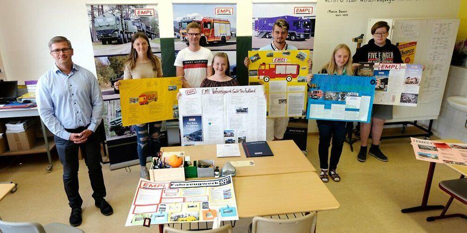 Jessen/Elster: Die Neuntklässler der Jessener Sekundarschule Nord besuchen das Fahrzeugwerk Empl in Elster und gestalten Plakate. Welchen Tipp die Preisträger vom Ausbilder erhalten haben. https://t.co/NWO6lOuPev https://t.co/jFrhSA2HZG