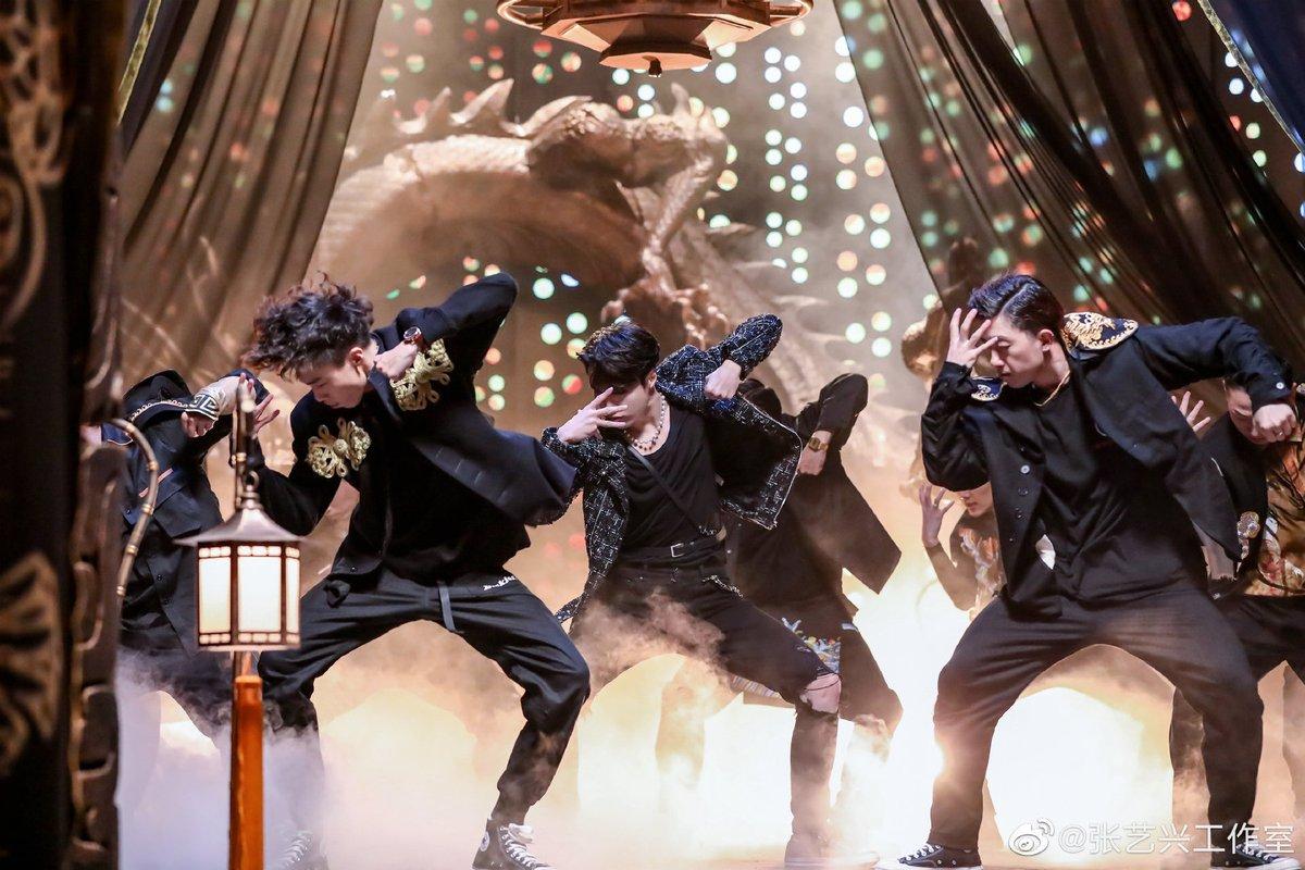 176.  Yixing on stage hits differently @layzhang 🦄♥  #LAY #ZhangYixing #张艺兴 #장이씽 #레이 #EXO @weareoneEXO https://t.co/JrLVob1xau
