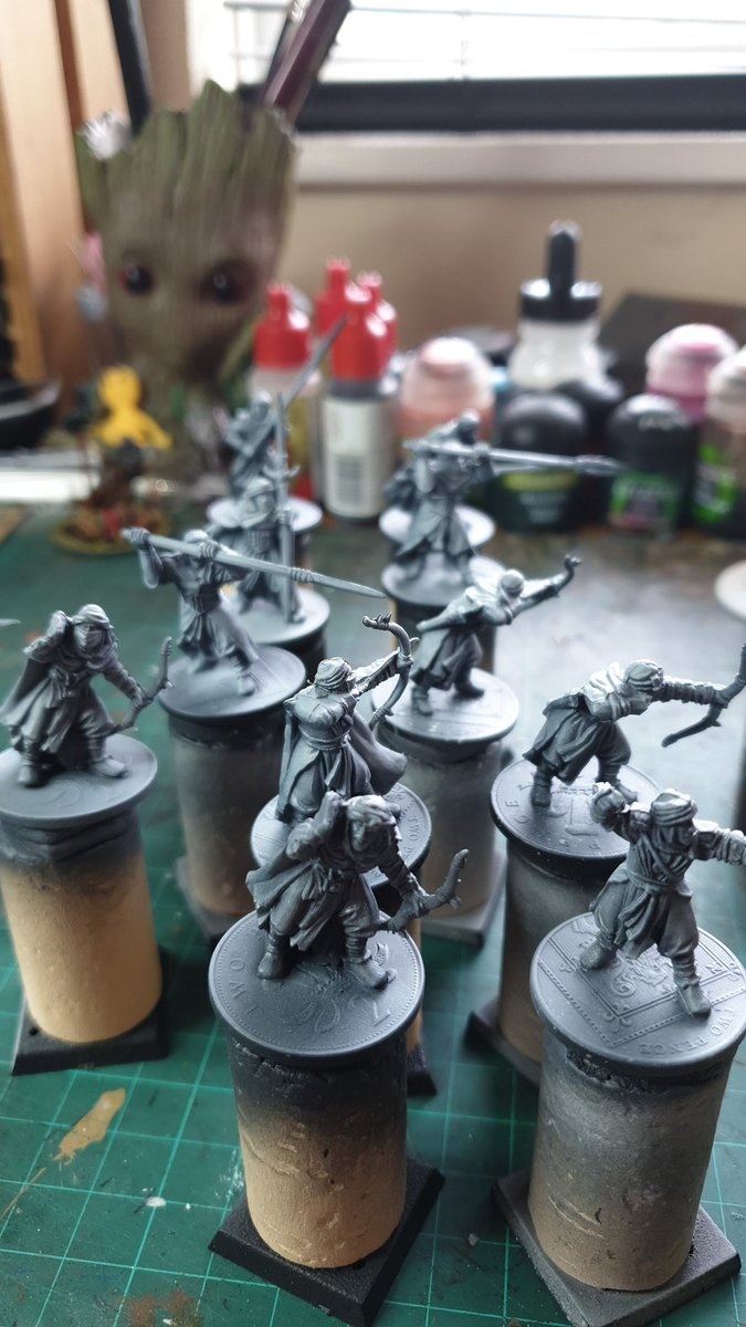 #miniaturepainting #lotr quick paint  of some miniatures given to me by a mate yaaarg undercoat on here we go lol https://t.co/kQfZq0vAng