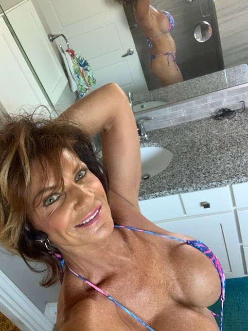 Morning selfie before I jump in the pool. https://t.co/Dk1ssY2EE1